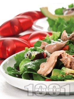Зелена салата от маруля, рукола, авокадо, синьо сирене и черен дроб от треска - снимка на рецептата